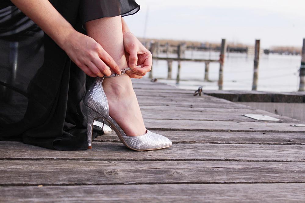 Silberne Schuhe und Clutch