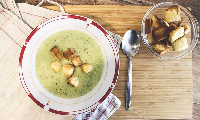 Zucchinicremesuppe mit Käsecroutons