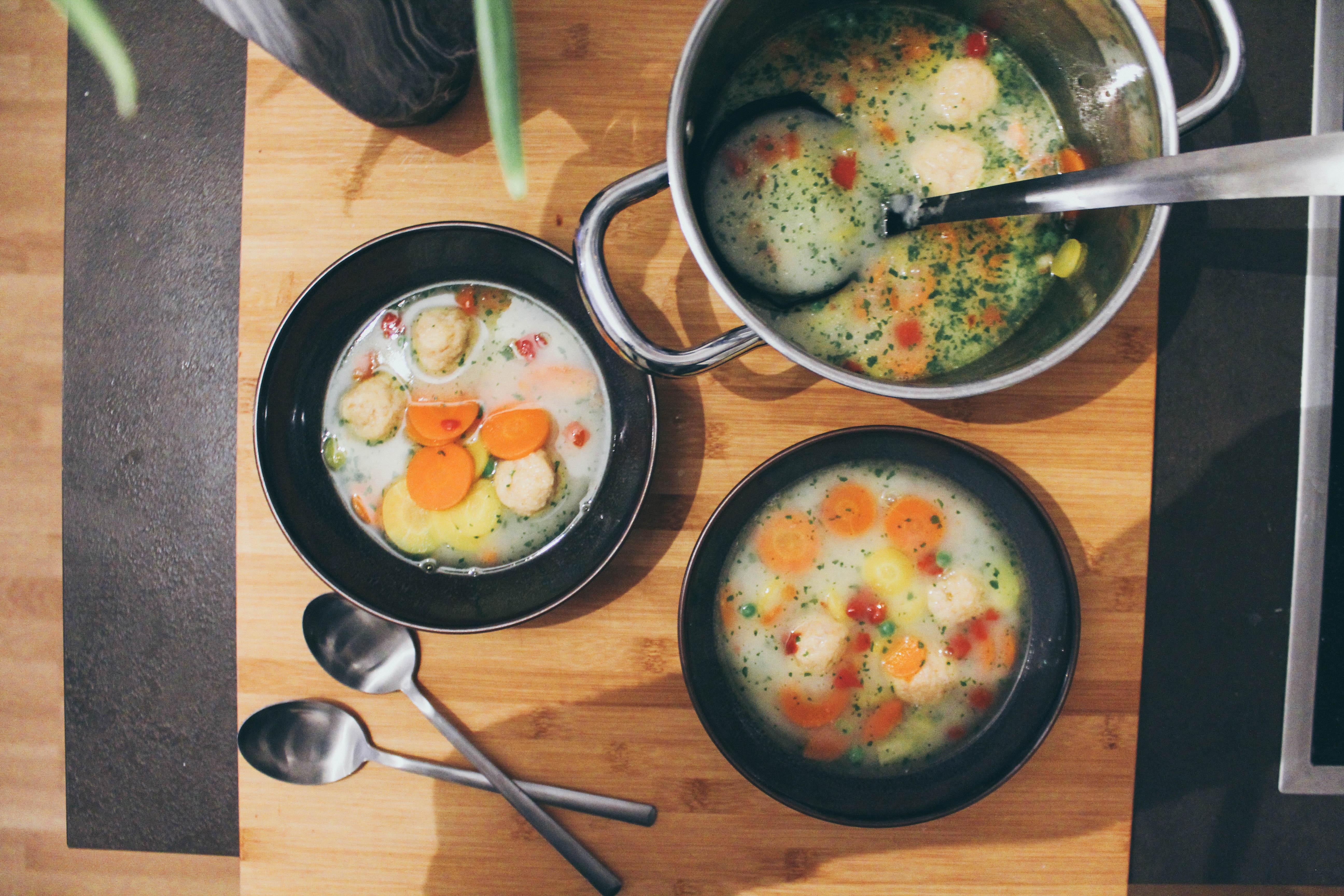 Gemüsesuppe mit Bröselknödel