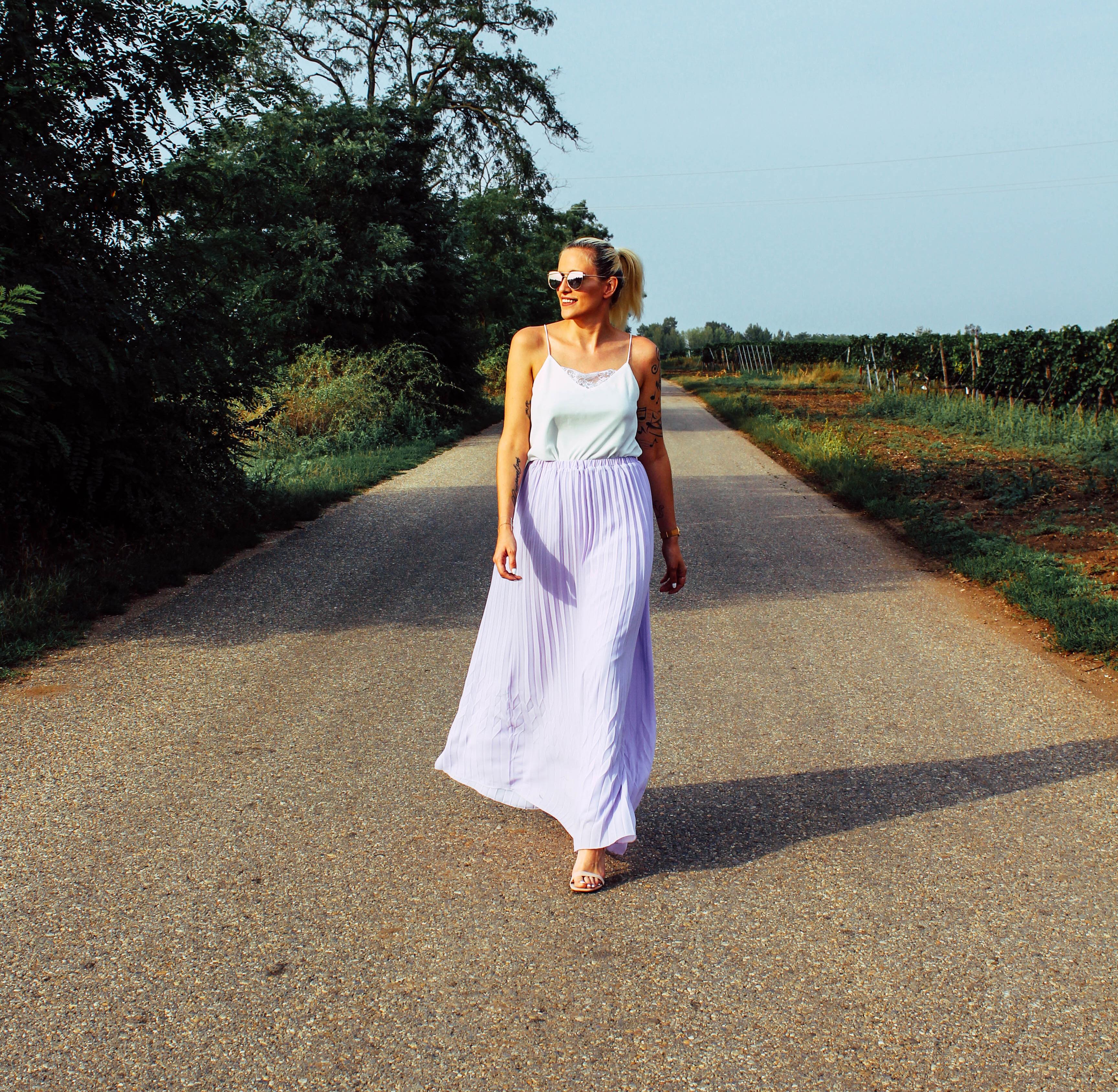 OUTFIT: Lila Plisseerock und weißes Top